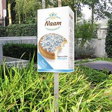Geboortebord in tuin verpakking blauwe en witte muisjes de Ruijter