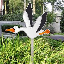 Geboortebord van vliegende ooievaar in tuin