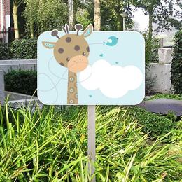 blauw geboortebord met giraffe en vogeltje voor in de tuin