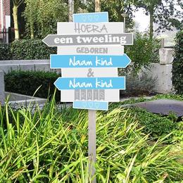 Geboortebord blauwe wegwijzerbordjes jongens tweeling voor in de tuin