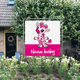 Geboortespandoek in tuin van baby giraffe in roze kleuren