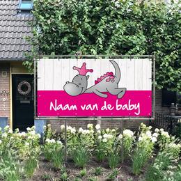 Rechthoekig geboortespandoek in de tuin van draakje dirk in roze met steigerhout-look