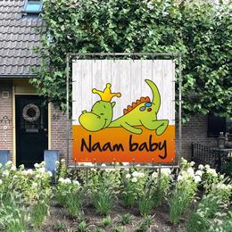 Vierkant geboortespandoek in de tuin van draakje dirk in oranje kleuren met steigerhout-look