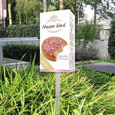 Geboortebord roze muisjes De Ruijter verpakking voor in de tuin