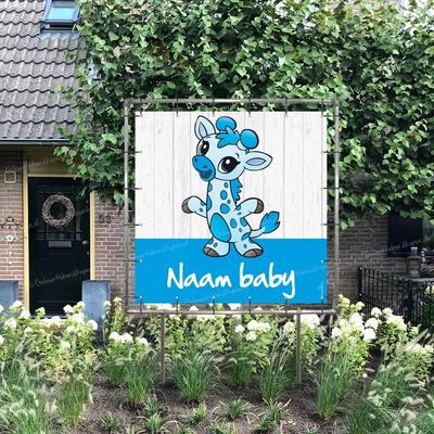Geboortespandoek in tuin baby giraffe in blauw