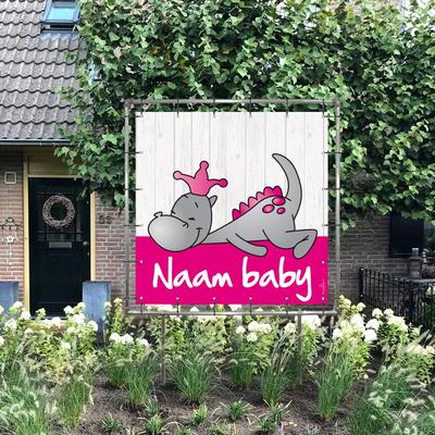 Geboortespandoek in tuin van draakje dirk in roze kleuren en steigerhout-look achtergrond